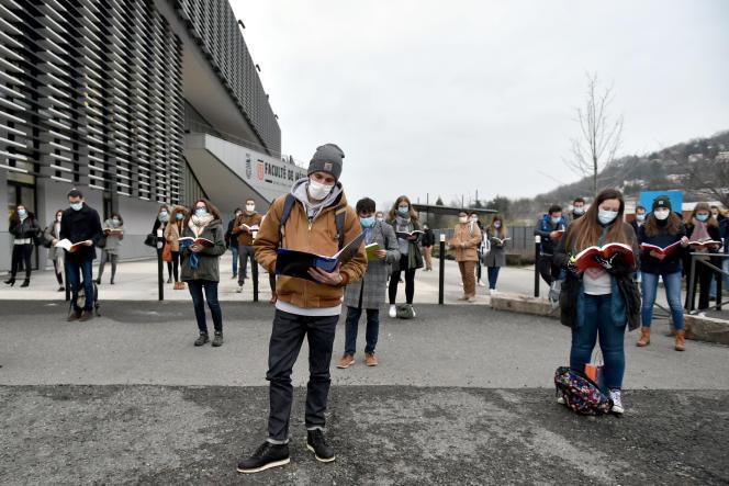 Des étudiants en médecine protestent contre la fermeture de leur bibliothèque universitaire à Saint-Etienne, le 6 janvier.