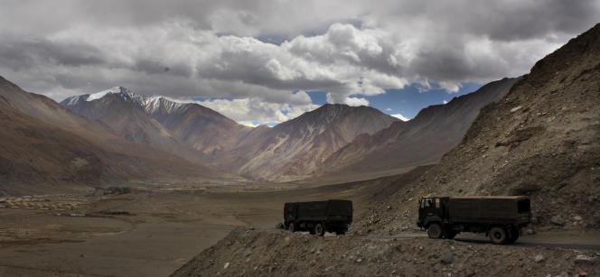 Des troupes indiennes se dirigeant vers la frontière sino-indienne, dans l'Himalaya, le14septembre2017.