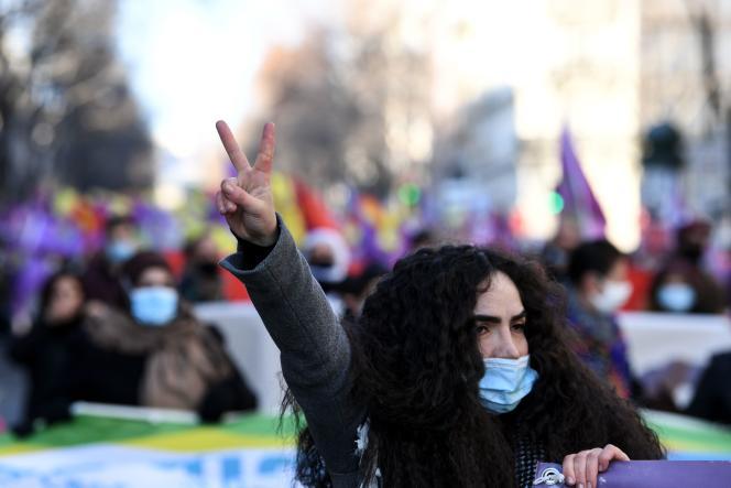 یک زن در تظاهرات هواداران کرد در پاریس در 9 ژانویه 2021 ، به یاد سه فعال کرد که هشت سال پیش در پاریس کشته شدند ، نشان از پیروزی داد.
