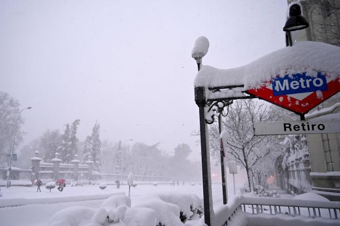 Les chutes de neige se poursuivaient ce samedi 9janvier au matin à Madrid. Ici près de la station de métro Retiro, à Madrid, le 9janvier 2021.