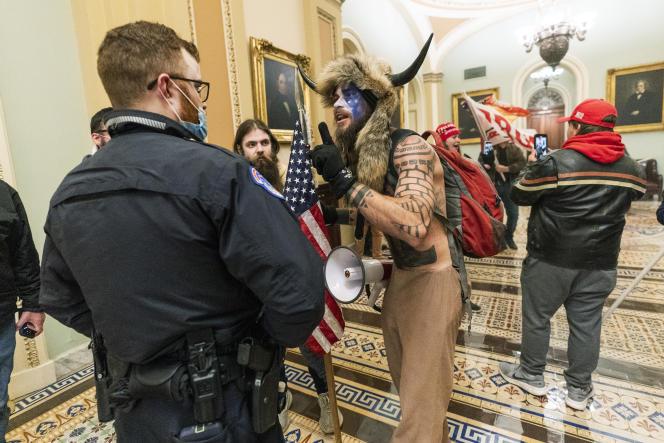 جیکوب چانسلی ، هنگام حمله به پایتخت ، چهارشنبه ، 6 ژانویه ، در واشنگتن.