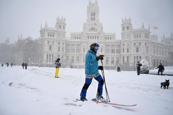 Un homme pratique opportunément le ski de randonnée place de Cybèle, à Madrid, le 9janvier 2021 au matin.