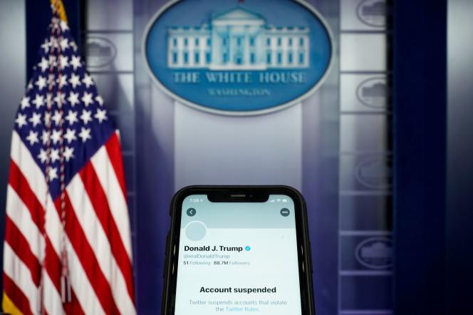 Un journaliste de Reuters prend en photo son smartphone à la Maison Blanche montrant le compte de Donald Trump suspendu, le 8 janvier.
