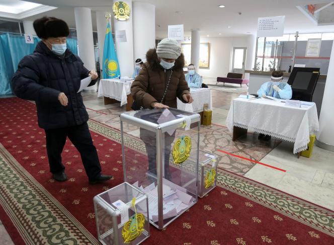Des personnes votent lors d'une élection parlementaire à Almaty, au Kazakhstan, le 10 janvier.