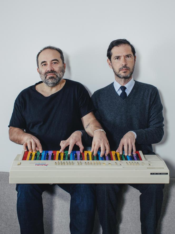 Antony Cordier (à gauche), cinéaste, et Melvil Poupaud, acteur, avec le clavier Mélodia de la série «Ovni(s)», le 9 janvier.