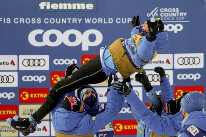 Maurice Manificat porté en triomphe par ses coéquipiers après avoir décroché la deuxième place du Tour de ski, le 10 janvier, à Val Di Fiemme en Italie.