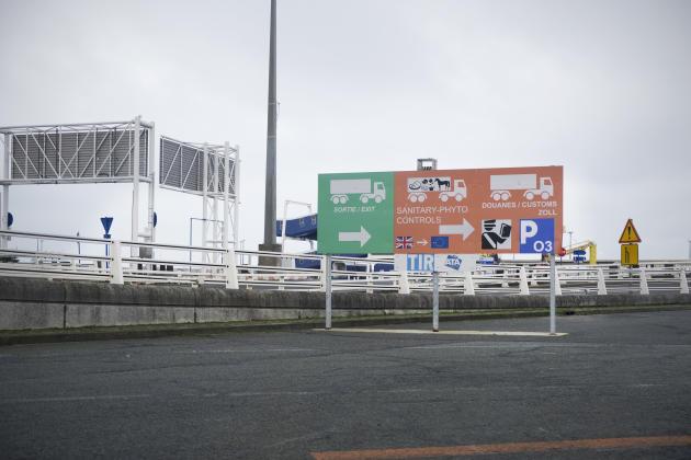 Dans la zone portuaire, le marquage vert indique la sortie, le marquage orange indique un contrôle approfondi par les douanes, le 6 janvier à Calais.