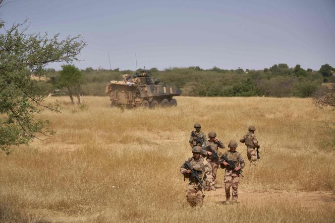 Des soldats de l'armée française surveillent une zone rurale pendant l'opération «Barkhane», dans le nord du Burkina Faso, le 12 novembre 2019.