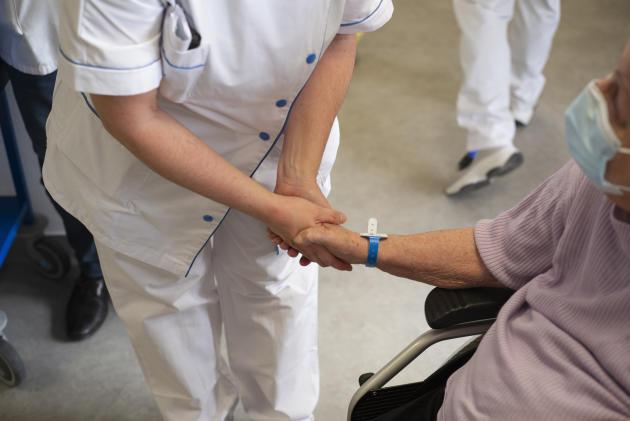 Andrée Maillard, 83 ans, après avoir reçus le vaccin contre le Covid-19 au Centre hospitalier régional de Metz-Thionville, le 8 janvier.