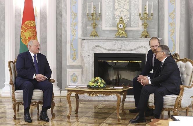 Le président biélorusse Alexandre Loukachenko (à gauche) s'entretient avec le président de la Fédération internationale de hockey sur glace, René Fasel, à Minsk, le 11 janvier.