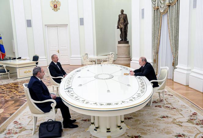 Le premier ministre arménien Nikol Pashinyan, le président azerbaïdjanais Ilham Aliev et le chef de l'Etat russe Vladimir Poutine (de gauche à droite), lors d'un entretien au Kremlin, à Moscou, lundi 11 janvier 2021.