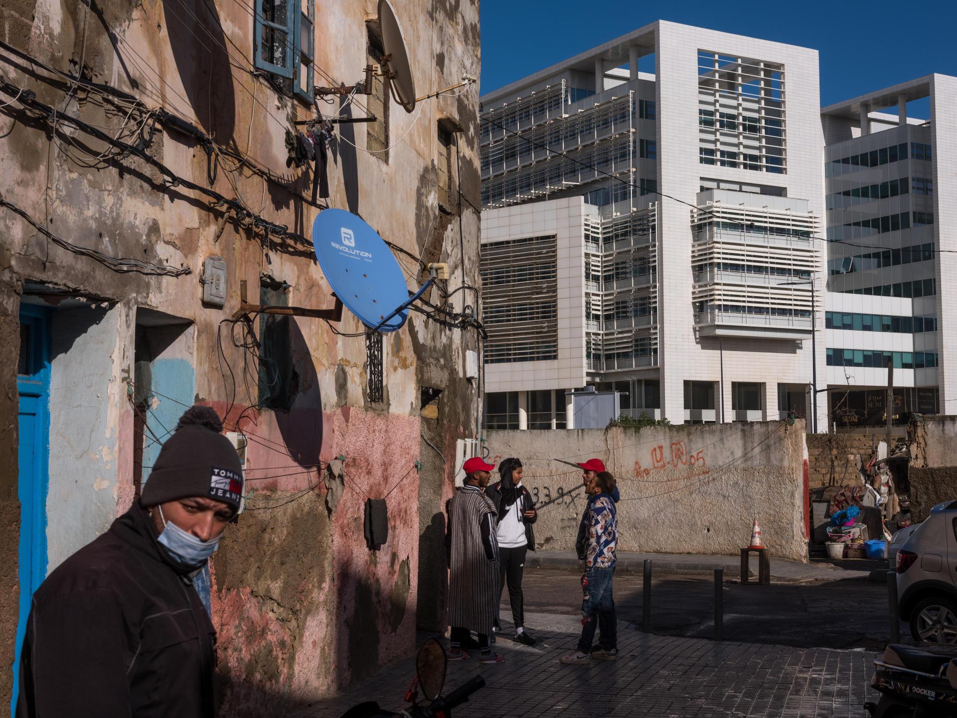 A deux pas du quartier défavorisé de Cuba se dressent les immeubles luxueux de la marina de Casablanca. Un mur a été érigé pour séparer ces deux mondes.