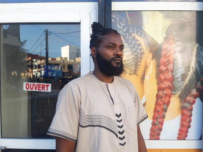Le « cheveutologue» Nsibentum, devantle salon de coiffure Carrefour de beauté, le 8janvier à Dakar (Sénégal).