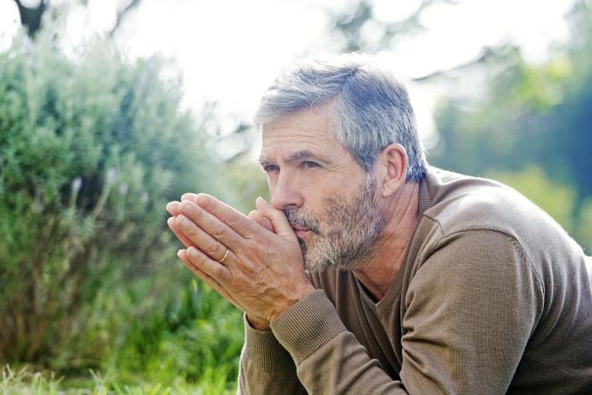 Pour profiter du départ à la retraite anticipé pour carrière longue, quand on a commencé à travailler tôt, il faut notamment avoir cinq (ou quatre) trimestres avant la fin de l'année de ses 20 ans.