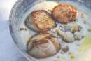 Coquilles Saint-Jacques snackées au beurre et velouté de chou-fleur.