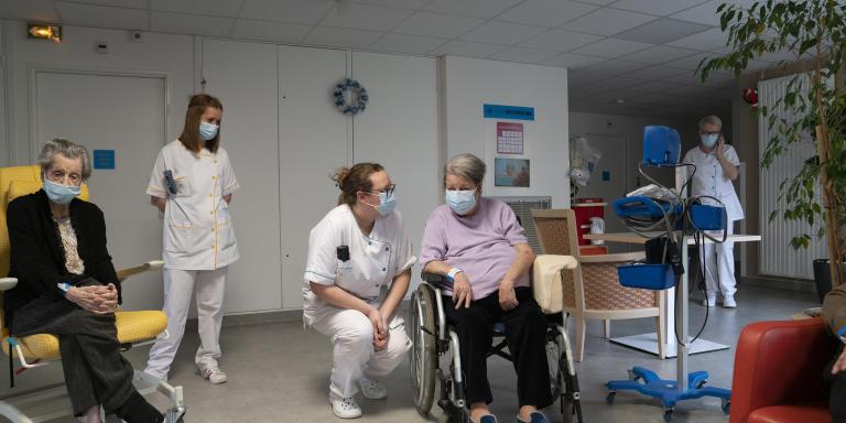Soignantes et résidentes au salon du Centre Hospitalier Régional Metz-Thionville C.H.R-Hôpital Félix Maréchal. Metz le 8 janvier 2021