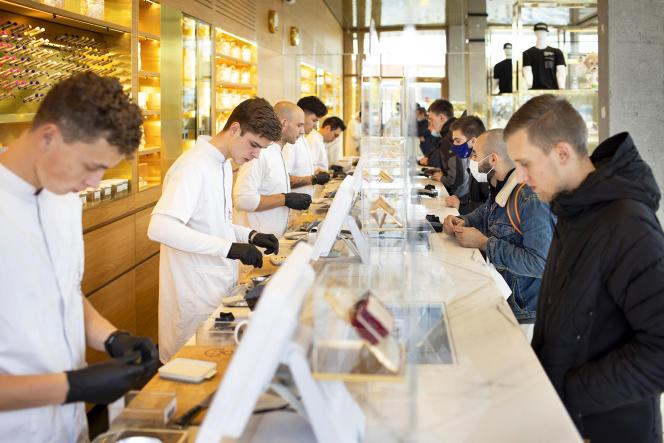 La ville compte 166coffee shops, contre 570 sur l'ensemble des Pays-Bas (ici, le Boerejongens, à Amsterdam, en novembre).