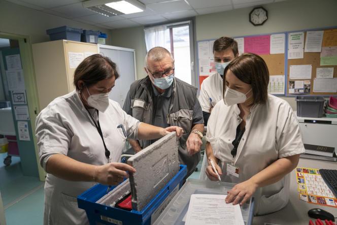 Une équipe de pharmaciens du centre hospitalier de Verdun achemine des vaccins à l'Ehpad Sainte-Catherine, le 7 janvier à Verdun (Meuse).
