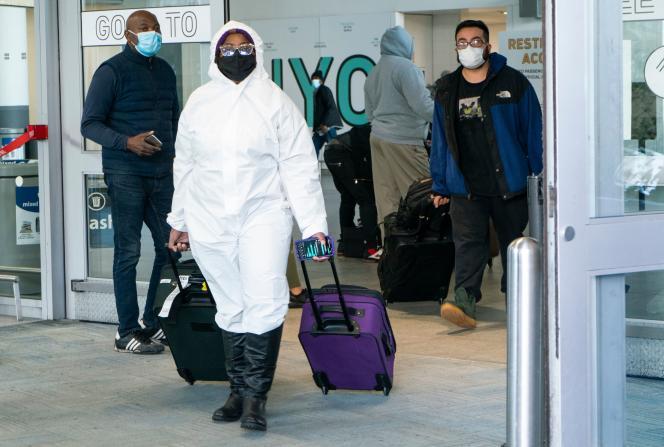 مسافرانی که در 22 دسامبر 2020 وارد فرودگاه بین المللی نیویورک می شوند