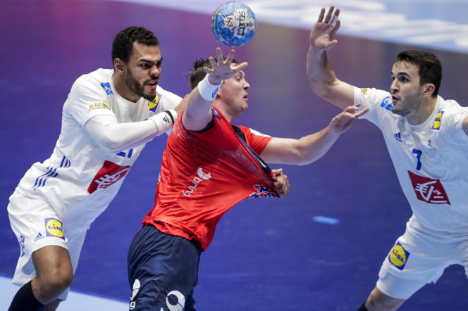 The Norwegian Sander Sagosen, against the French Adrien Dipanda and Romain Lagarde, during the defeat of the Blues, January 12, 2020 at the Euro handball.