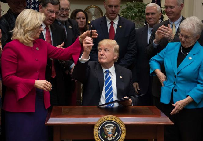 Donald Trump giving his pen to Liz Cheney in Washington on March 27, 2017.