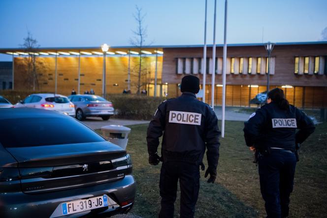 Devant le lycéePierre-Joël-Bonté de Riom (Puy-de-Dôme), le 11 janvier 2021.