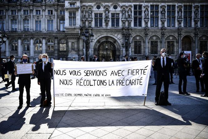 Des employés de la restauration événementielle manifestent devant l'Hôtel de Ville de Paris, le 24 juin.