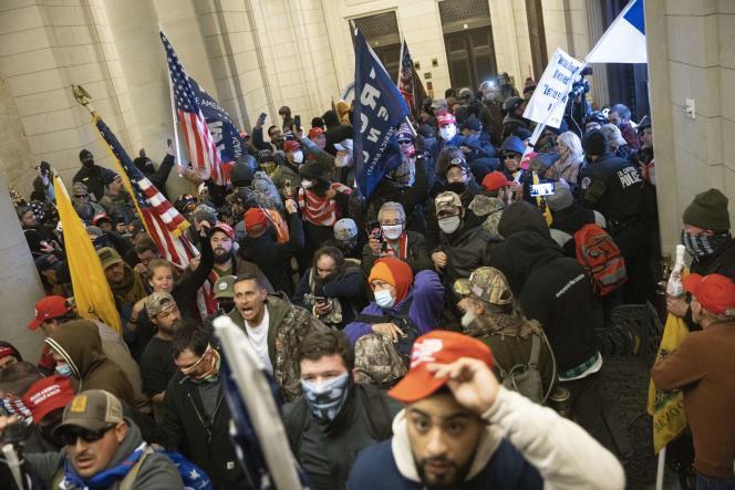 معترضین در حمایت از دونالد ترامپ ، رئیس جمهور آمریکا ، که در 6 ژانویه 2021 كاپیتول هیل را در واشنگتن تصرف كرد.