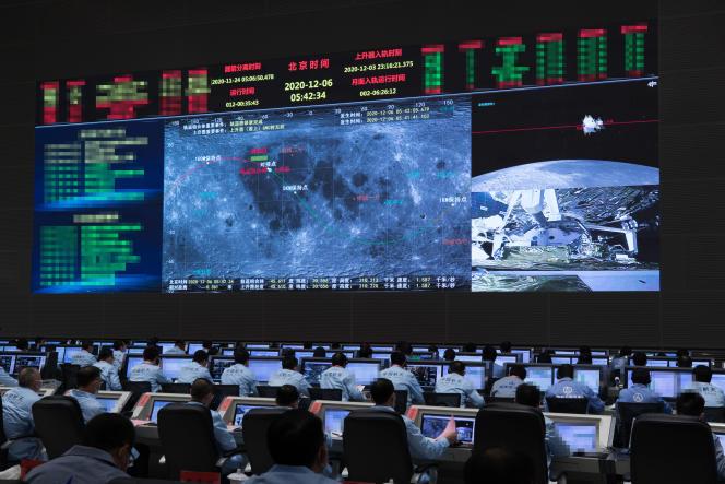La salle de contrôlede la sonde chinoise Chang'e-5, au centre de contrôle et de commandement aérospatial de Pékin, le 6 décembre 2020.
