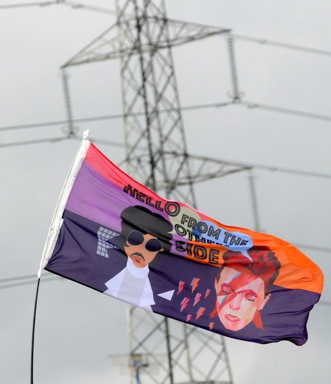 Au festival de Glastonbury, en juin 2016, l'hommage rendu à Prince et David Bowie, morts plus tôt dans l'année.