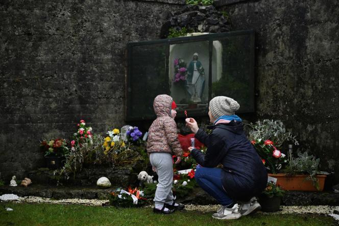 Une mère et sa fille rendent hommage au cimetière de Tuam, en Irlande, aux bébés qui ont été découverts dans la « maison pour mères et bébés ».