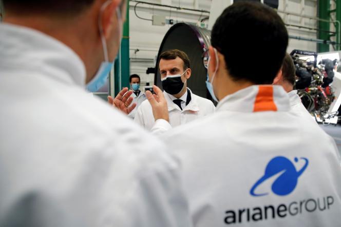 Le président Emmanuel Macron, sur le site du groupe Ariane, à Vernon (Eure), le 12 janvier.