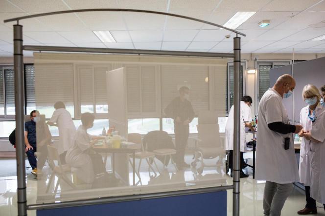 Des personnels de santé se font vacciner au CHU Grenoble Alpes, à La Tronche (Isère), le 7 janvier.