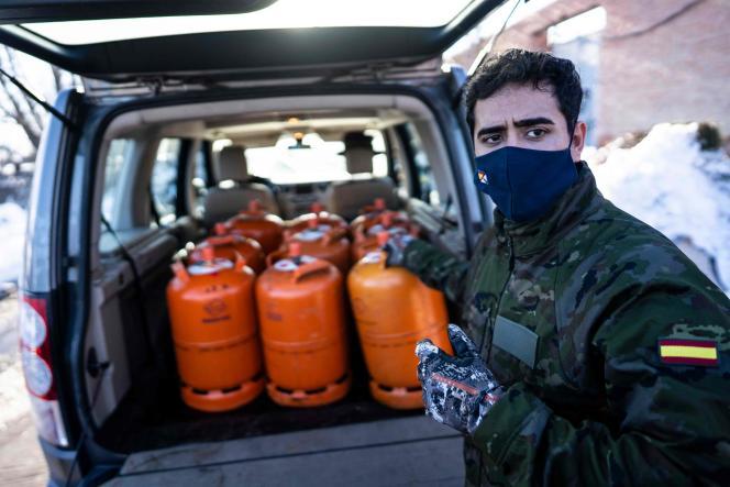 در 12 ژانویه ، در مادرید ، آلوس پرز ، داوطلب بنیاد مادرینا ، بطری های بنزین را برای ساکنان منطقه La Canada Real به ارمغان می آورد.