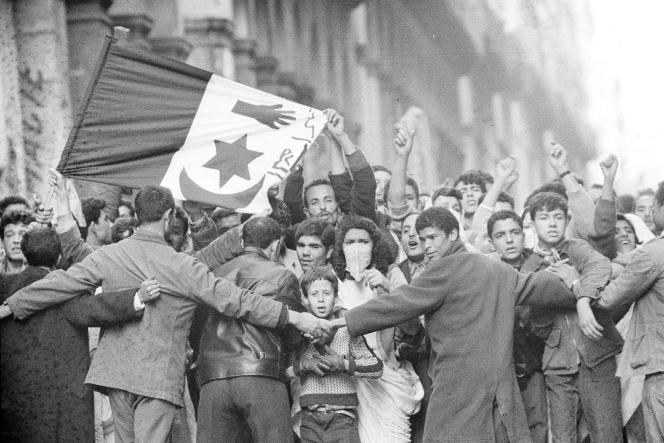 Des manifestants le 14 décembre 1960, lors d'émeutes dans la Casbah d'Alger.
