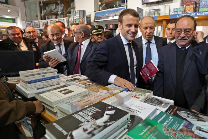 Le président français, Emmanuel Macron, visite la librairie Librairie du tiers-monde, à Alger, le 6 décembre 2017.