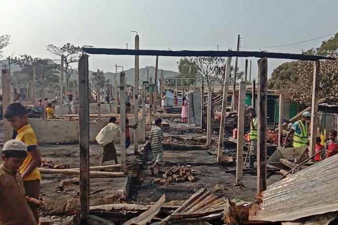 Des réfugiés rohingya cherchent leurs biens après l'incendie qui a ravagé le camp de Nayapara, à Teknaf, le 14 janvier.