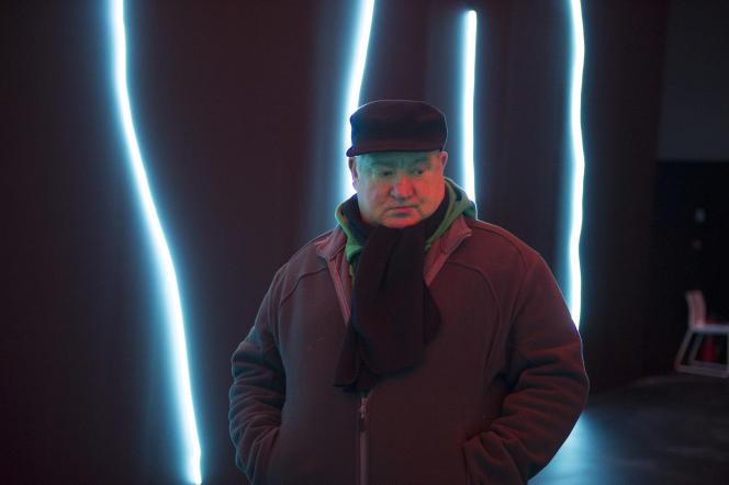 Claude Lévêque, lors du montage de son exposition temporaire « Le Bleu de l'œil »au Musée Soulages de Rodez, en avril 2015.