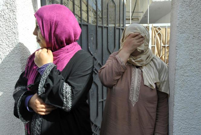 Des femmes assistent aux funérailles d'un Tunisien tué lors d'affrontements entre la mouvance salafiste Ansar Al-Charia et la police, le 20 mai 2013, à Ettadhamen, un quartier populaire de Tunis.