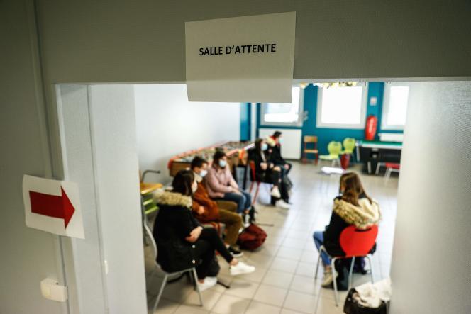 Des élèves attendent d'être testés au Covid-19 à Montivilliers (Seine-Maritime), le 15 décembre 2020.