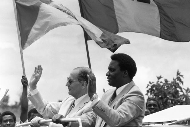 François Mitterrand et le président rwandais Juvénal Habyarimana le 7 octobre 1982 à Kigali, capitale du Rwanda.