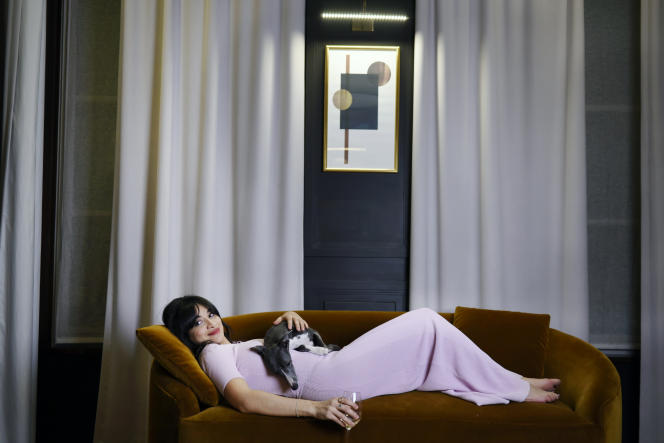 Camélia Jornada avec Pepper, son lévrier, à l'hôtel Les Jardins du Faubourg, à Paris, le 7 janvier.