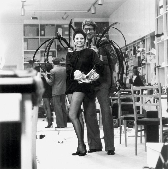Zizi Jeanmaire et Yves Saint Laurent dans le studio du couturier, avenue Marceau, dans les années 1960.