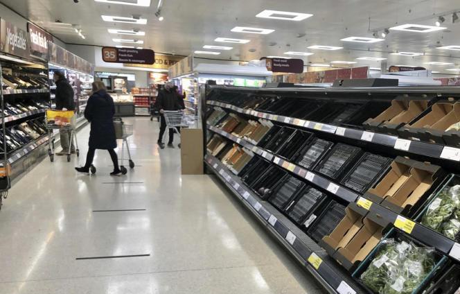 Des rayons presque vides dans un supermarché Sainsbury's de Belfast (Irlande du Nord), le 11 janvier.