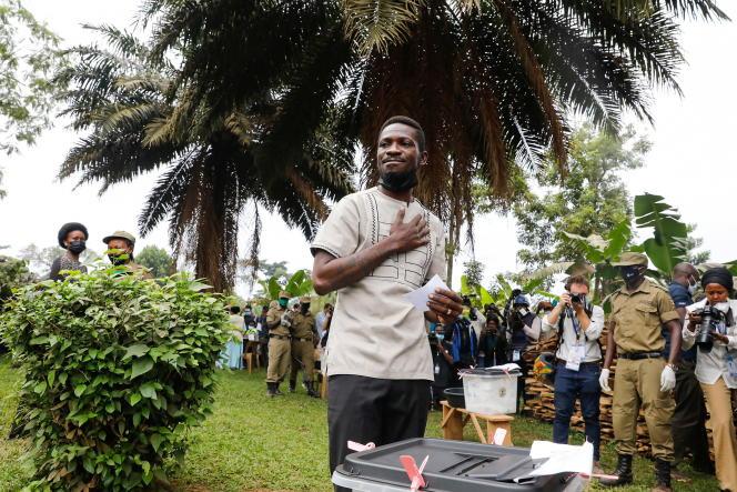 بابی وین ، نامزد انتخابات ریاست جمهوری اوگاندا هنگام رای گیری در کامپالا در 14 ژانویه 2021.