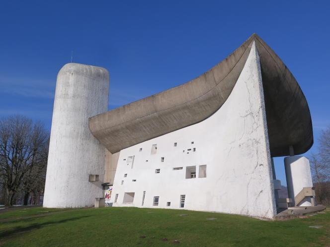 La chapelle Notre-Dame-du-Haut, à Ronchamp (Haute-Saône), conçue par Le Corbusier en 1954-1955. Lézardé à de nombreux endroits, l'édifice doit faire l'objet d'une vaste restauration.