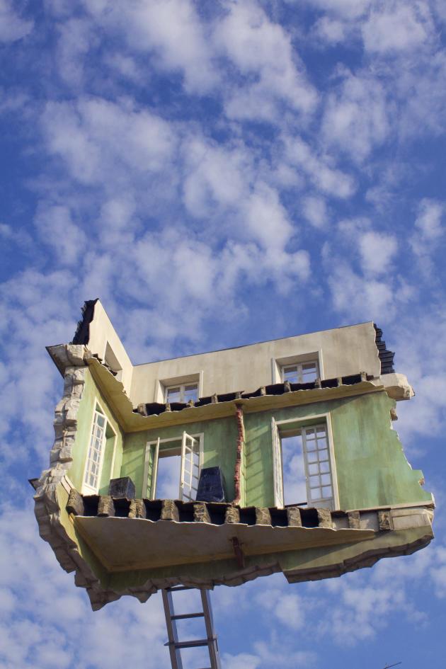 « Monte-Meubles, l'Ultime Déménagement », œuvre de Leandro Erlich dans le cadre du « Voyage à Nantes », été 2012.