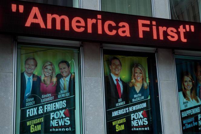 Des affiches de promotion pour des émissions de Fox News, sur les murs des studiosde la chaîne, à New York, en février 2017.