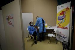 Une infirmière reçoit le vaccin de Pfizer-BioNTech contre le Covid-19, à Poissy, le 8 janvier.