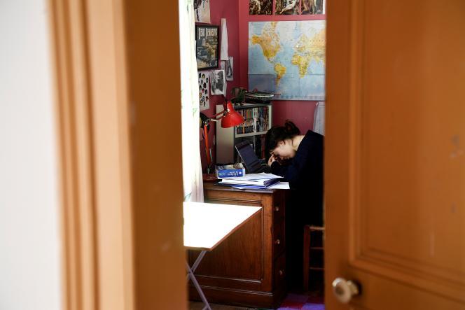 Une étudiante, chez elle, à Chisseaux, près de Tours, le 27 mars 2020, au onzième jour du premier confinement.